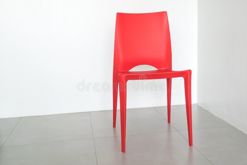 Rode stoel op de witte ruimte royalty-vrije stock afbeeldingen
