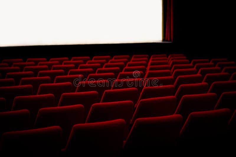 Rode stoelen in het bioskooptheater stock foto's