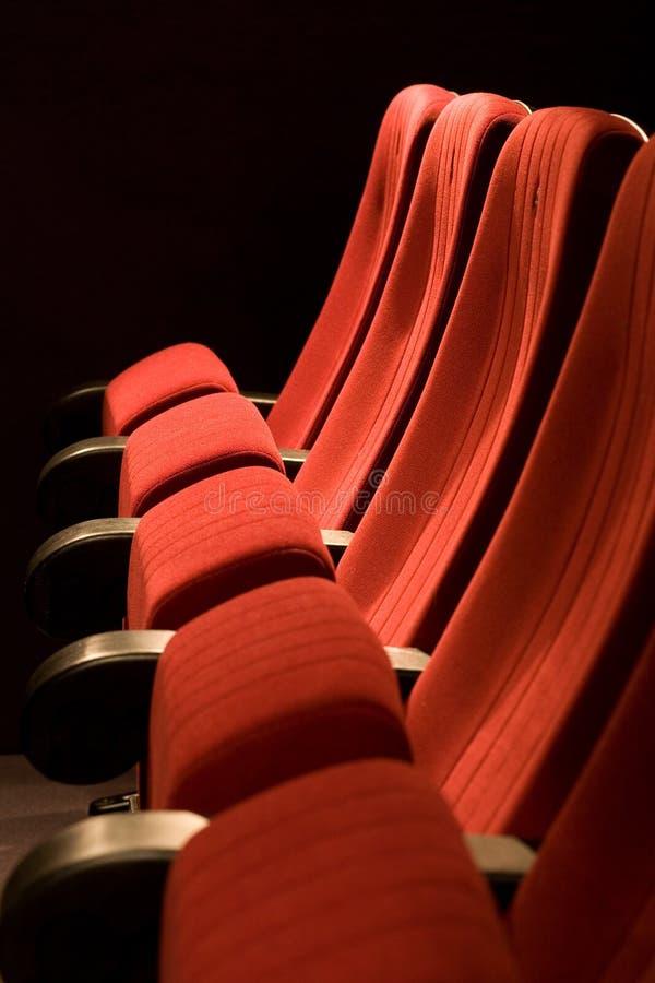 Rode stoelen op de lege bioskoop royalty-vrije stock foto
