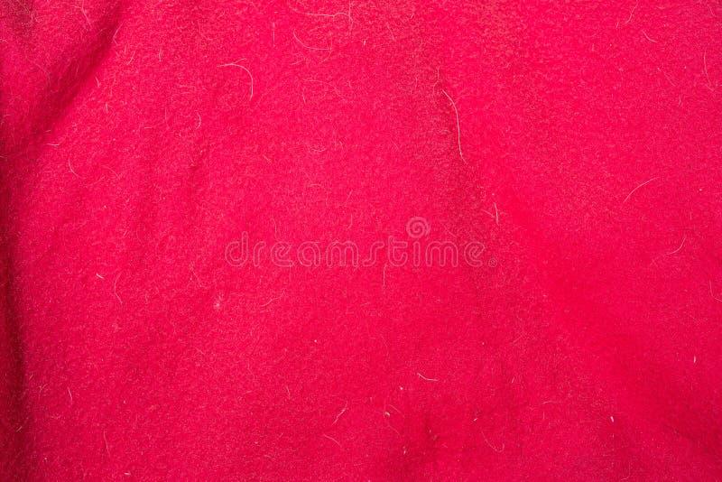 Rode stoffentextuur met doghair en vlekken stock fotografie