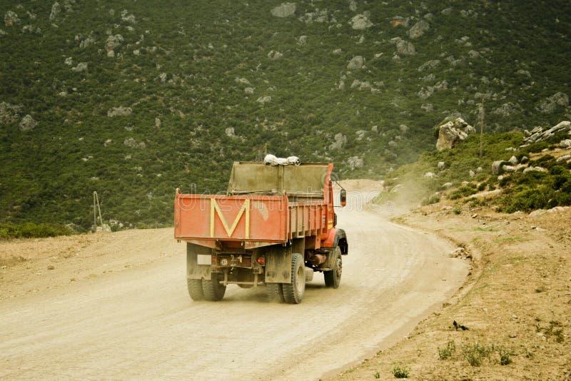Rode stortplaatsvrachtwagen met brief M stock fotografie