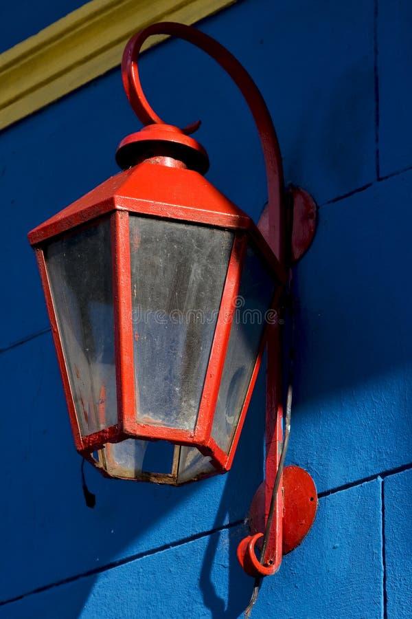 rode straatlantaarn en een blauw geel royalty-vrije stock fotografie