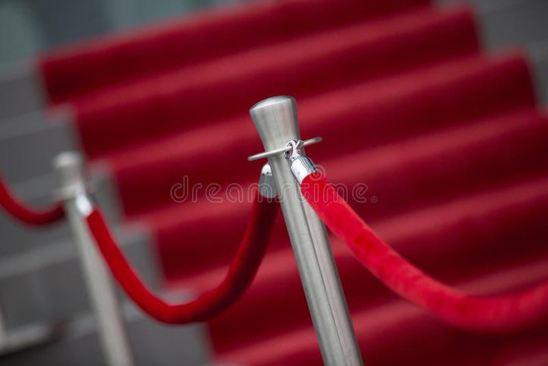 Rode tapijt en barrièrekabel royalty-vrije stock foto