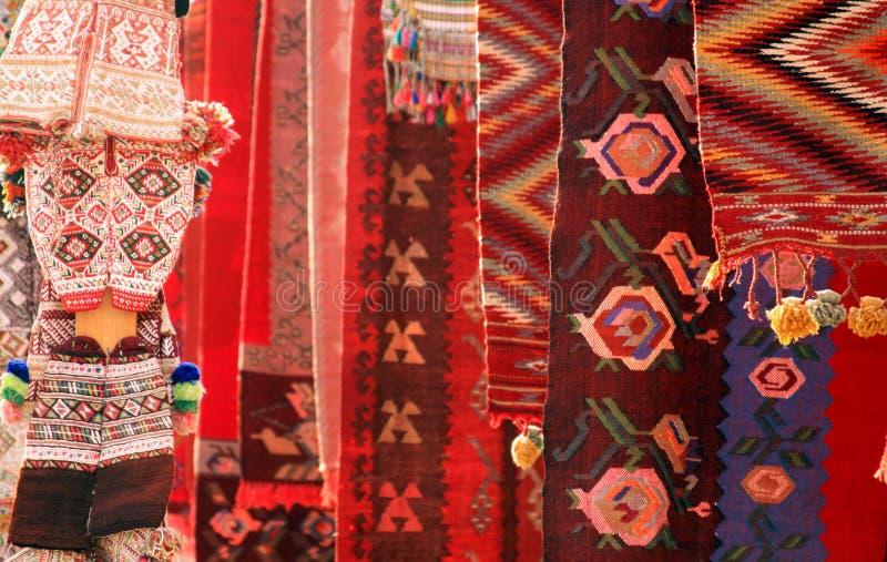 Rode tapijten en kleding stock fotografie