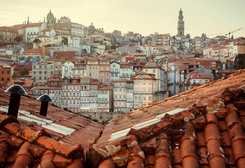 Rode tegeldaken over historisch stadscentrum van Porto stad, Portugal stock fotografie