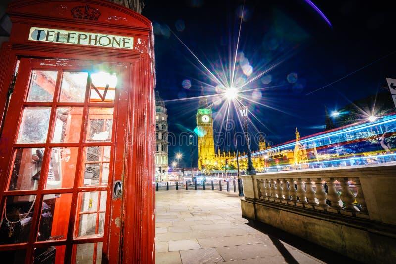 Rode Telefooncel en Big Ben bij nacht stock fotografie