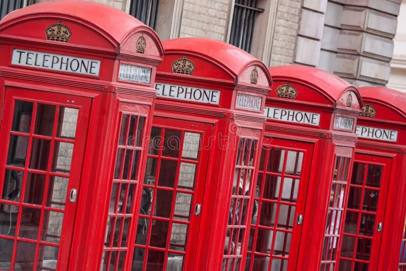 Rode telefoondozen in Londen, Engeland stock afbeeldingen