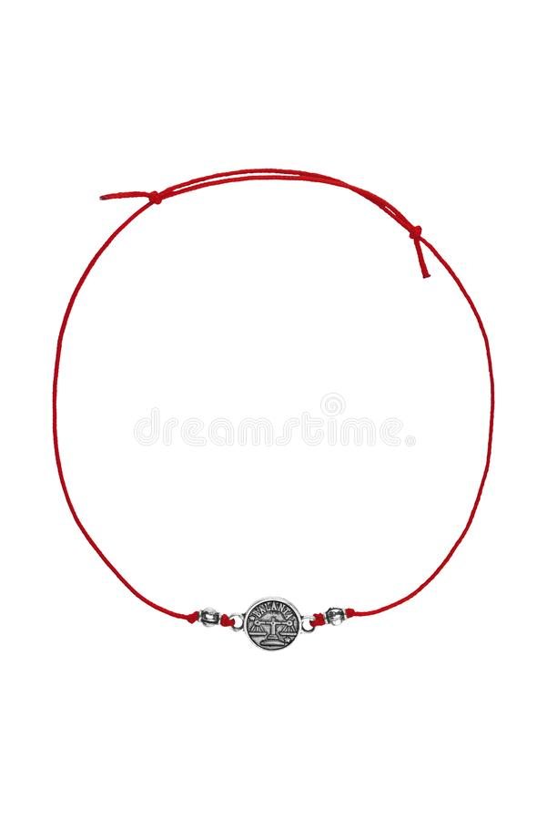 Rode textiel regelbare armband met zilveren Roemeens die de dierenriemteken van de Weegschaalcharme, op witte achtergrond, het kn stock afbeelding