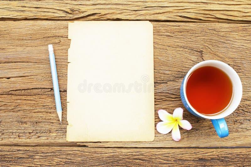 Rode thee en oud document royalty-vrije stock afbeeldingen