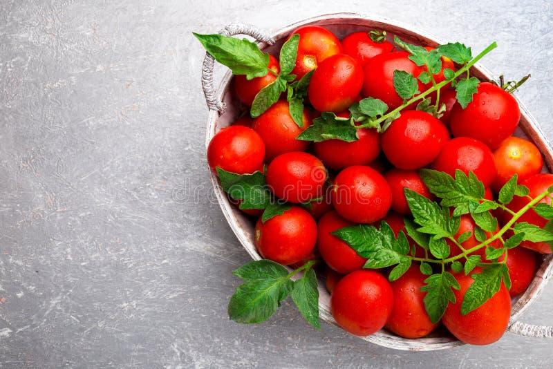 Rode tomaat in grijze mand op grijze achtergrond Hoogste mening De ruimte van het exemplaar Oogst Volledige doos van tomaten royalty-vrije stock afbeelding