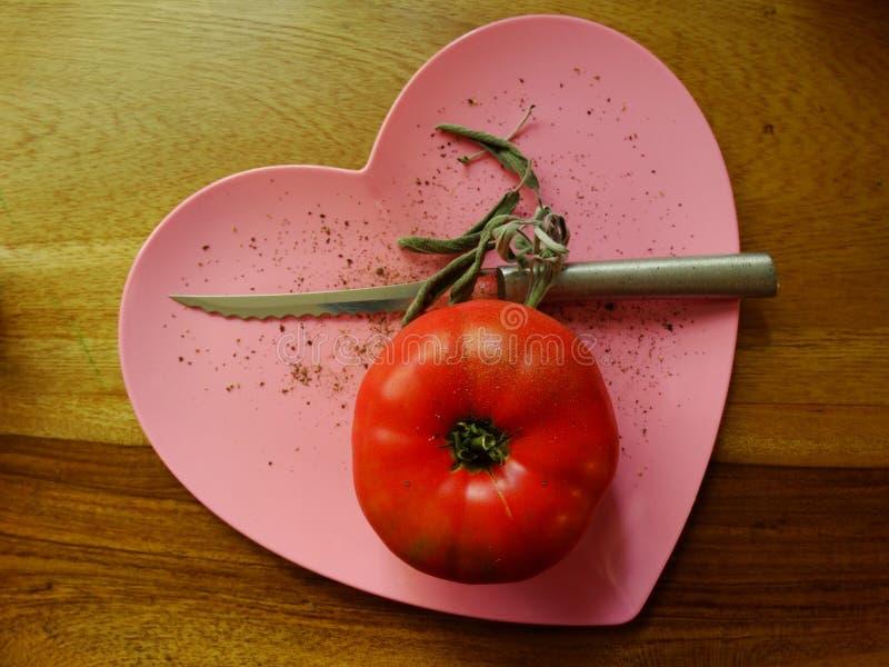 Rode tomaat op roze hart royalty-vrije stock foto's