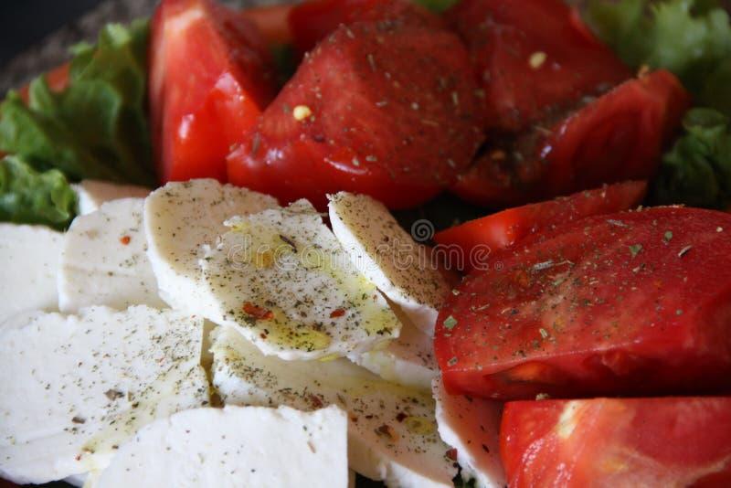 Rode tomaten en witte kaas stock foto's