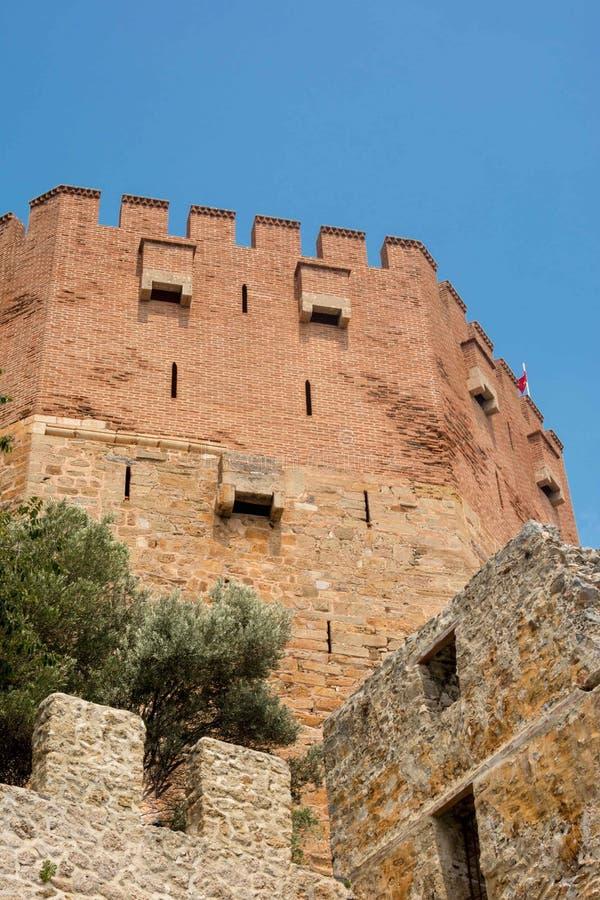 Rode toren Kizil Kule van Alanya van rode baksteen De vestingstoren op een blauwe hemelachtergrond Close-up stock afbeeldingen