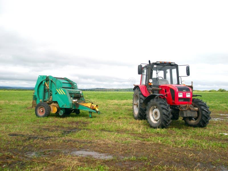 Rode tractor op het gebied stock foto's