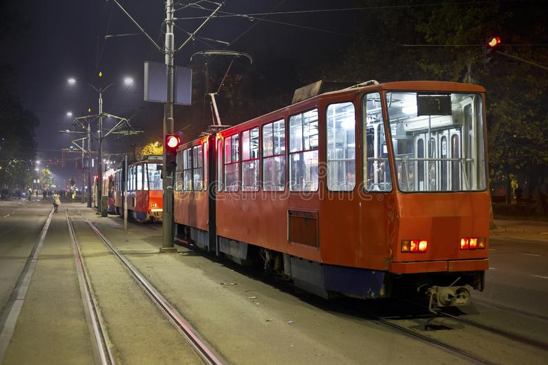 Rode trams in de nacht royalty-vrije stock fotografie