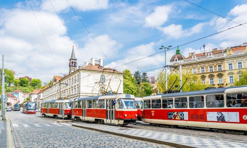Rode trams op de oude straten van Praag Het stadsleven in Europa stock afbeelding