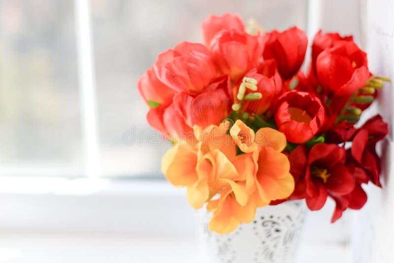 Rode tulpen op witte achtergrond met exemplaarruimte Hoogste mening stock afbeeldingen