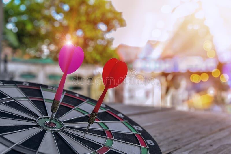 Rode twee pijltjespijlen in het doelcentrum op dartboard stock fotografie