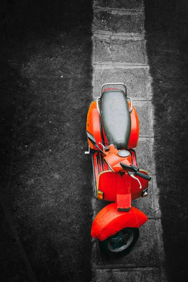 Rode uitstekende autoped op een zwart-witte achtergrond royalty-vrije stock afbeelding