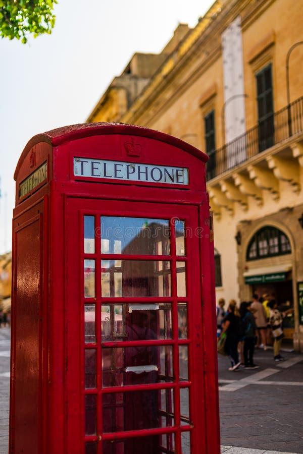 Rode uitstekende Britse telefooncel in de oude stad van Valletta stock foto