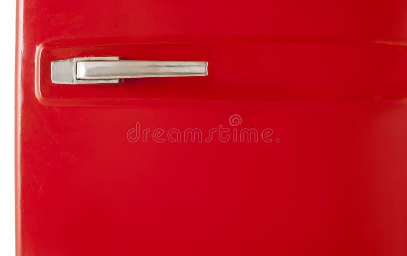 Rode uitstekende die ijskast op witte achtergrond wordt geïsoleerd stock afbeelding