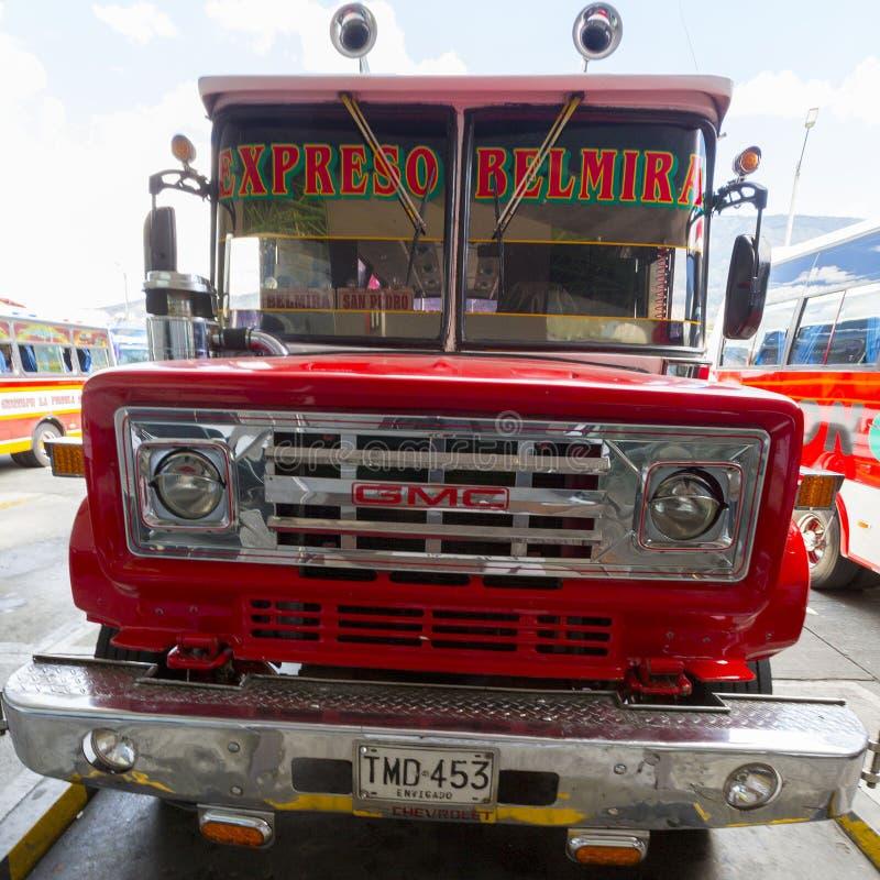 Rode uitstekende GMC-bus in Medellin, Colombia stock fotografie