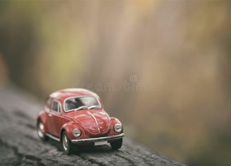 Rode uitstekende klassieke autoachtergrond stock foto