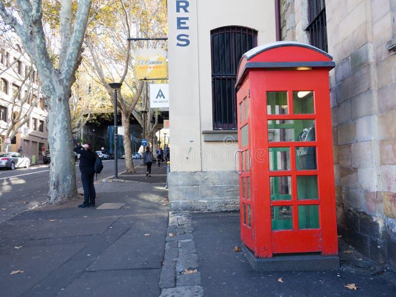 Rode uitstekende telefooncel bij de Rotsen, Nieuw Souths-Wales stock afbeeldingen