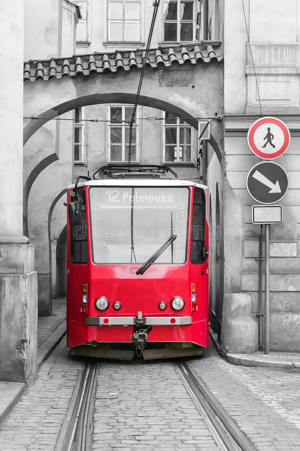 Rode uitstekende tram op de straat van oud Praag royalty-vrije stock afbeeldingen