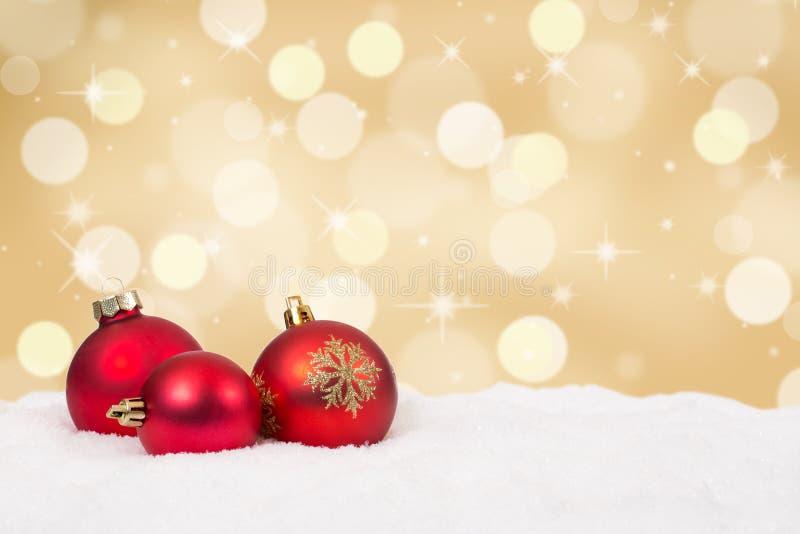 Rode van Kerstmisballen gouden decoratie als achtergrond royalty-vrije stock foto