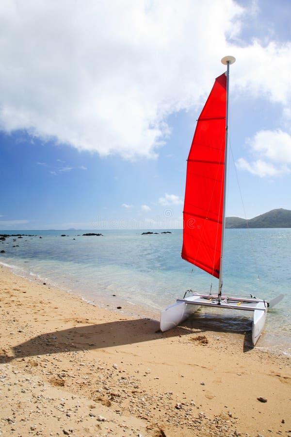 Rode varende boot op een strand royalty-vrije stock afbeelding