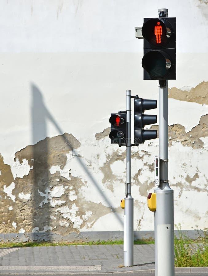 Rode verkeerslichten bij de voetgangersoversteekplaats royalty-vrije stock foto's