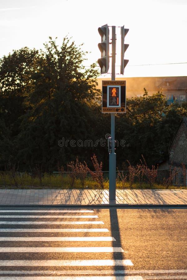Rode verkeerslichten en voetgangersoversteekplaats stock fotografie
