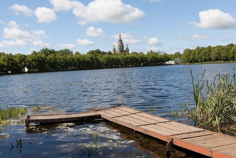 Download Rode Vijver. Peterhof. stock afbeelding. Afbeelding bestaande uit landschap - 39103547