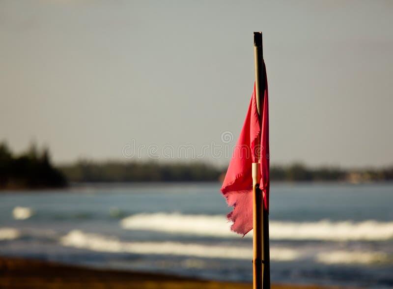 Rode vlag bij zonsondergang stock fotografie