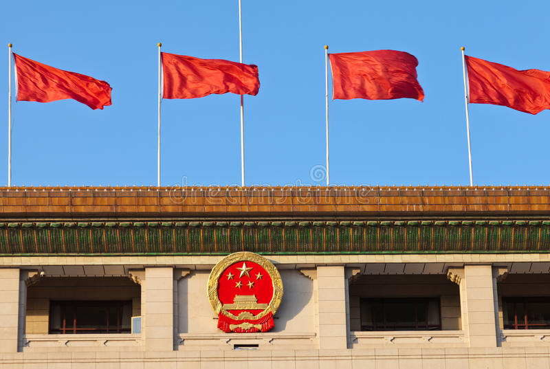 Rode vlag en Chinees nationaal embleem, Peking stock afbeeldingen