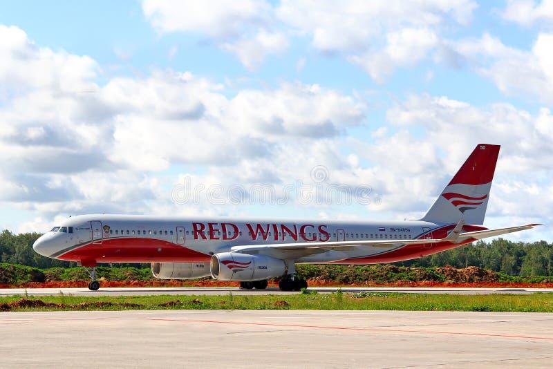 Download Rode Vleugels Airpines Tupolev Turkije-204 Redactionele Fotografie - Afbeelding bestaande uit nieuw, straal: 39104412