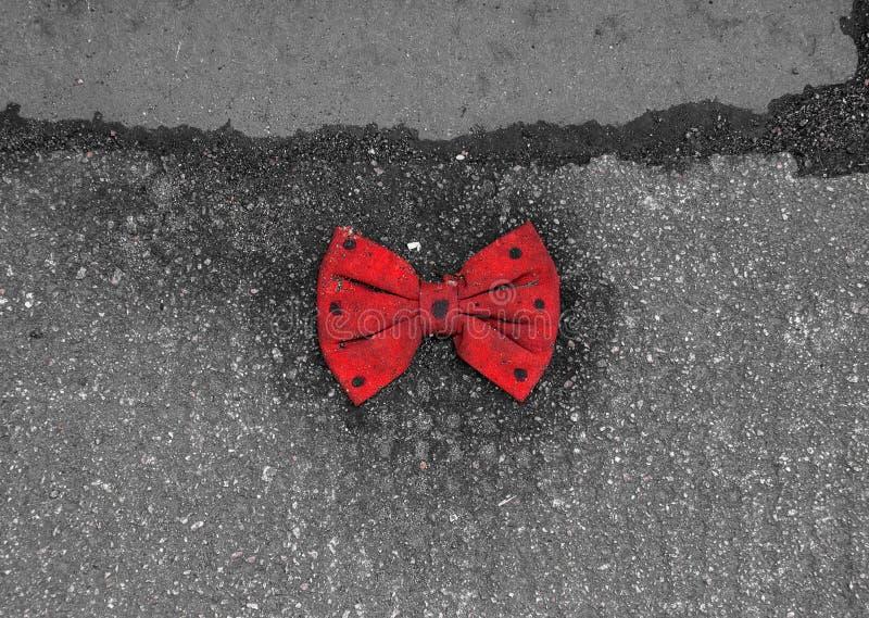 Download Rode Vlinderdas Die Met Zwarte Punten Op De Bestrating Liggen Stock Foto - Afbeelding bestaande uit viering, gebeurtenis: 39113590