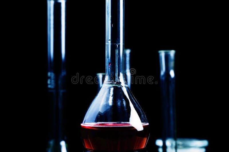 Rode vloeistof in chemische beker royalty-vrije stock foto's
