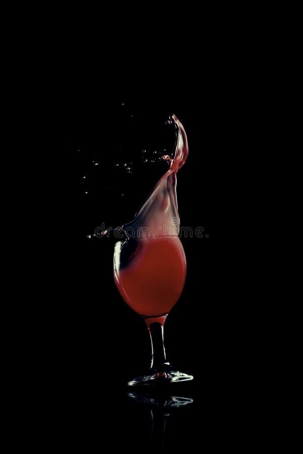 Rode vloeistof met glaseffect stock foto