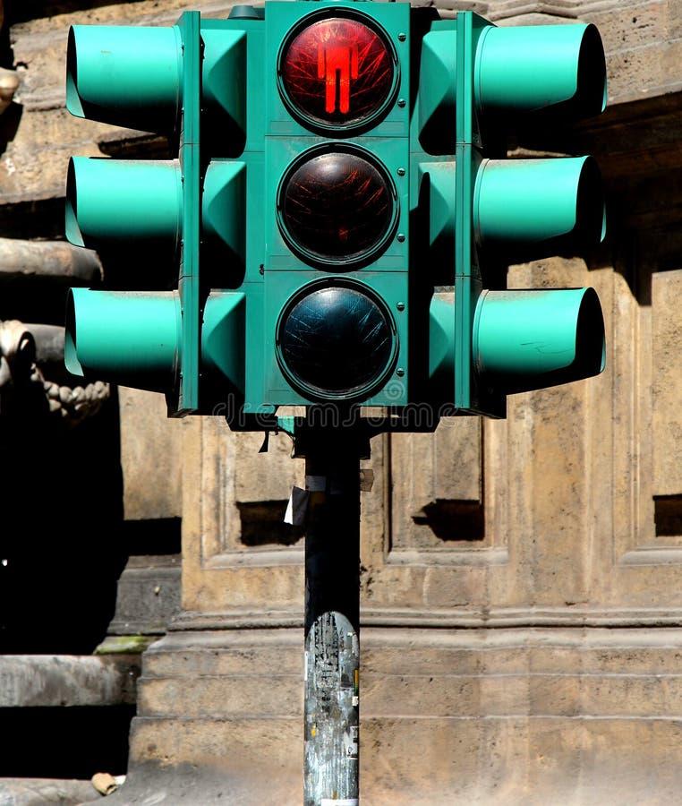 Rode voetgangersoversteekplaatslichten en verkeerslichten, royalty-vrije stock afbeelding