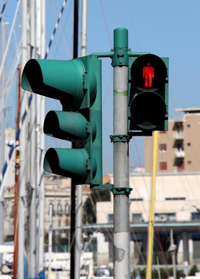 Rode voetgangersoversteekplaatslichten en verkeerslichten, stock foto