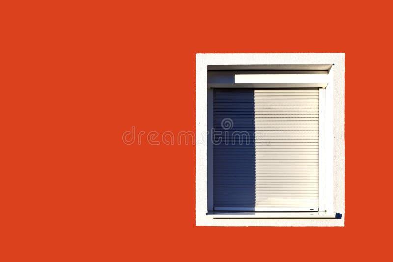 Rode voorgevel met venster en blinden royalty-vrije stock fotografie