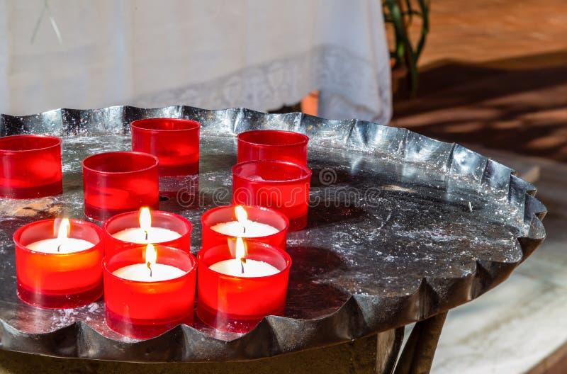Rode votive kaarsen op ijzerkandelaar royalty-vrije stock foto
