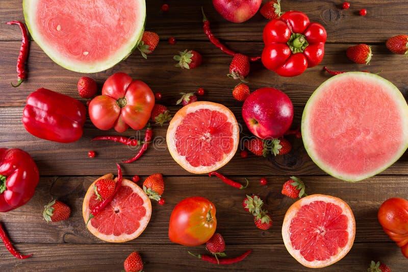 Rode vruchten en groenten op een houten achtergrond royalty-vrije stock foto's