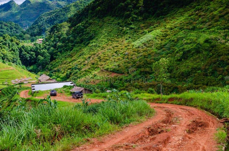 Rode vuillandweg aan hilltribedorp in de vallei royalty-vrije stock foto's