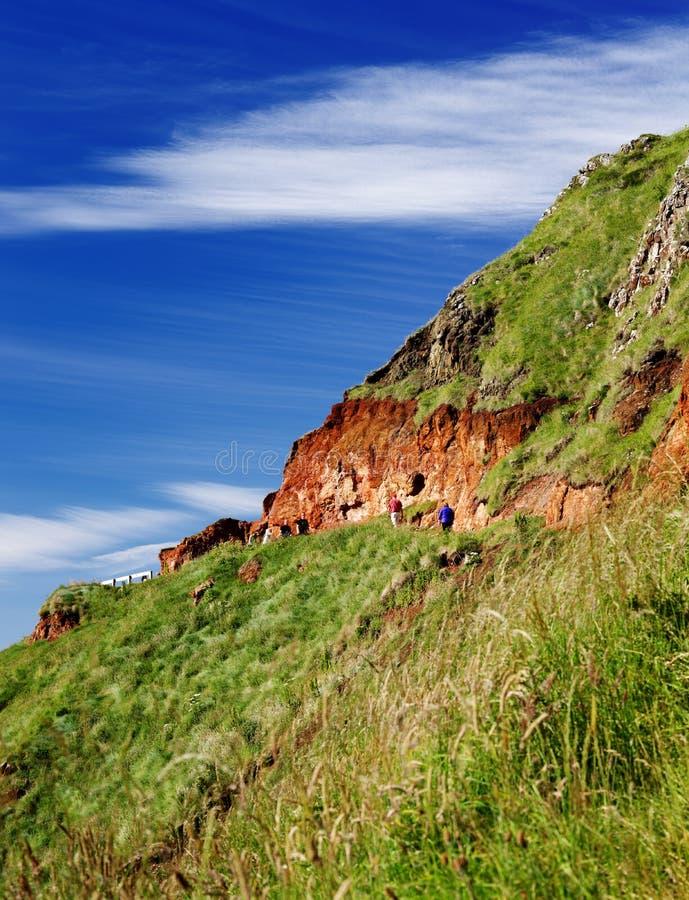 Rode vulkanische rotsen over de Verhoogde weg van de beroemde Reus van Noord-Ierland royalty-vrije stock foto