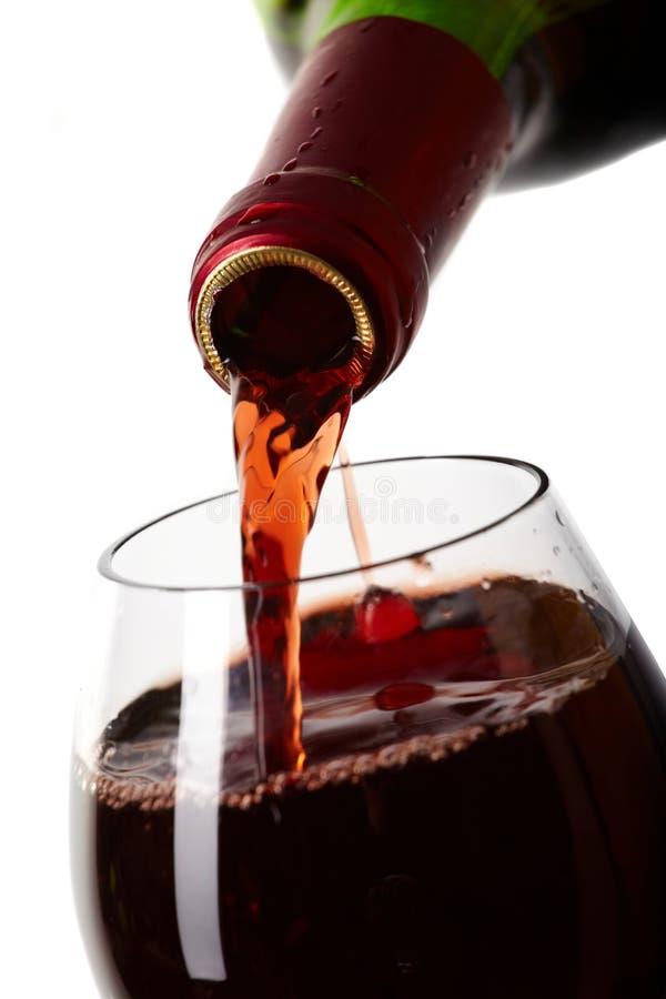 Rode wijn die een glas vult royalty-vrije stock afbeelding