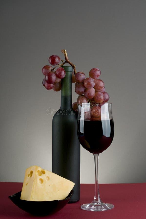 Rode wijn, druif en kaas. royalty-vrije stock afbeelding