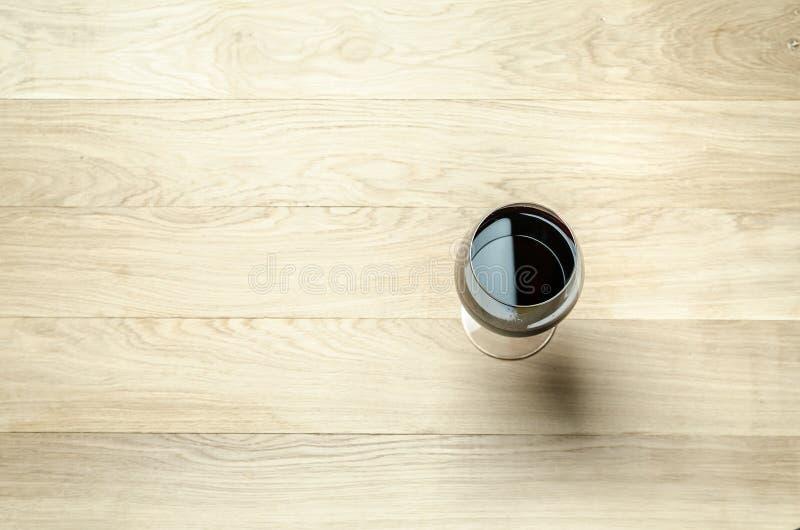 Rode wijn in een wijnglas De hoogste mening stock foto
